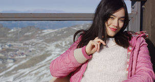 Den härliga asiatiska flickan tycker om soligt vinterväder royaltyfria foton