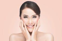 Den härliga asiatiska kvinnan att bry sig för hudframsidan, den härliga Spa kvinnan som trycker på hennes framsida Arkivfoton