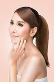 Den härliga asiatiska kvinnan att bry sig för hudframsidan, perfekt ny hud Arkivfoton