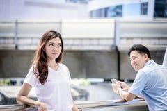Den härliga asiatiska kvinnan har inte den asiatiska mannen för omsorg för förhållande Royaltyfri Bild