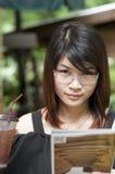 Den härliga asiatiska kvinnan tycker om med is te. Royaltyfri Fotografi