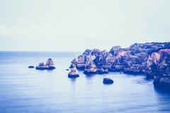 Den härliga Atlantic Ocean siktshorisonten med den sandiga stranden, vaggar och vinkar på soluppgång Fotografering för Bildbyråer