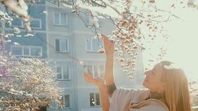 Den härliga attraktiva kvinnan i vinter parkerar arkivfilmer