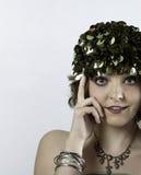 Den härliga bärande 70-tal för ung kvinna gör grön locket Arkivfoton