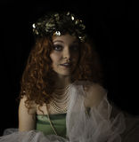 Den härliga bärande 70-tal för ung kvinna gör grön locket Royaltyfria Bilder