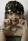 Den härliga bärande 70-tal för ung kvinna gör grön locket Royaltyfri Bild