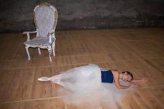 Den härliga ballerina som poserar i lång vit kjol Arkivbild
