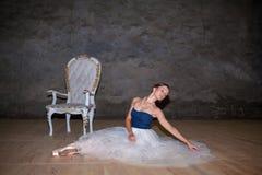 Den härliga ballerina som poserar i lång vit kjol Royaltyfri Bild