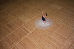 Den härliga ballerina som poserar i lång vit kjol Arkivfoto