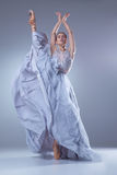 Den härliga ballerinadansen i blå lång klänning Arkivfoto
