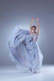 Den härliga ballerinadansen i blå lång klänning Royaltyfri Foto