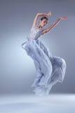 Den härliga ballerinadansen i blå lång klänning Royaltyfria Bilder