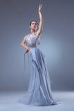 Den härliga ballerinadansen i blå lång klänning Fotografering för Bildbyråer