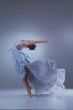 Den härliga ballerinadansen i blå lång klänning Royaltyfri Bild