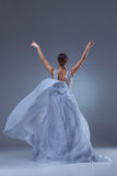 Den härliga ballerinadansen i blå lång klänning Arkivbild