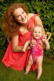 Den härliga barnmodern med behandla som ett barn Royaltyfri Fotografi