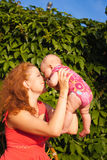 Den härliga barnmodern med behandla som ett barn Arkivfoton