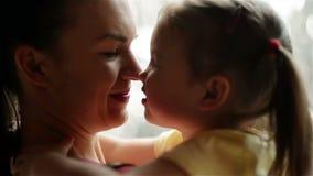 Den härliga barnmodern med hennes dotter kelar De har mycket gyckel tillsammans Moderdag, familj, förälskelse arkivfilmer