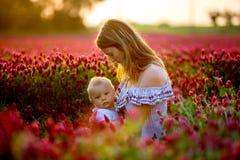Den härliga barnmodern som ammar hennes litet barn, behandla som ett barn pojken går in Royaltyfri Fotografi