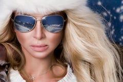 Den härliga bedöva kvinnan med långt blont hår och gör perfekt iklädda vinterkläder för framsidan, försilvrar det varma omslags-  Royaltyfria Foton
