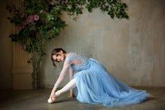 Den härliga behagfulla flickaballerina i blått klär och pointeskor royaltyfri fotografi