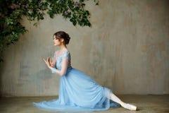 Den härliga behagfulla flickaballerina i blått klär och pointeskor royaltyfria bilder
