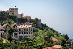 Den härliga berglandskapsikten av den forntida slotten och byggnader på det gröna berget sid i Albanien Eastern Europe royaltyfria bilder