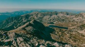 Den härliga berglandskapsikten från det Peleaga maximumet i medborgaren Retezat parkerar Rumänien arkivfoto