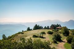 Den härliga berglandskapsikten med en picknick vilar område Royaltyfri Foto