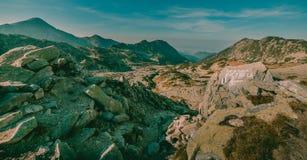 Den härliga bergpanoramasikten i medborgaren Retezat parkerar Rumänien royaltyfria bilder