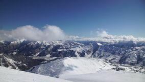 Den härliga bergsikten, utförsåkning, dess snowboarders kör ner stock video