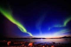 Den härliga bilden av massiva mångfärgade gröna vibrerande Aurora Borealis, Aurora Polaris, vet också som nordliga ljus i Norge Arkivbild