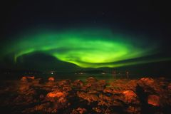 Den härliga bilden av massiva mångfärgade gröna vibrerande Aurora Borealis, Aurora Polaris, vet också som nordliga ljus i Norge Arkivbilder