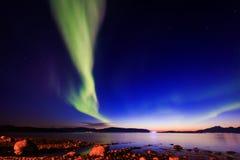 Den härliga bilden av massiva mångfärgade gröna vibrerande Aurora Borealis, Aurora Polaris, vet också som nordliga ljus i Norge Royaltyfri Foto