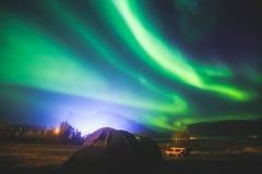 Den härliga bilden av massiva mångfärgade gröna vibrerande Aurora Borealis, Aurora Polaris, vet också som nordliga ljus i Norge Royaltyfri Bild