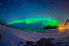 Den härliga bilden av massiva mångfärgade vibrerande Aurora Borealis, Aurora Polaris, vet också som nordliga ljus i Arkivbilder