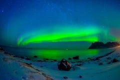 Den härliga bilden av massiva mångfärgade vibrerande Aurora Borealis, Aurora Polaris, vet också som nordliga ljus i Royaltyfri Bild