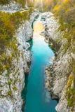 Den härliga blåa och gröna färgade kristallklara Soca floden som flödar och passerar till och med smalt, vaggar kanjonen arkivbilder