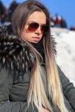 Den härliga blonda flickan, modell, går nära havet La Diga, Veneto, Italien royaltyfria bilder