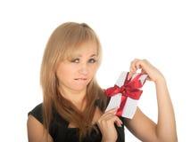 Den härliga blonda kvinna- och gåvavykortet i henne räcker. festmåltiddag av St.-valentinen Arkivfoton