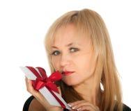 Den härliga blonda kvinna- och gåvavykortet i henne räcker. festmåltiddag av St.-valentinen Royaltyfri Fotografi