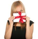 Den härliga blonda kvinna- och gåvavykortet i henne räcker. festmåltiddag av St.-valentinen Arkivbild