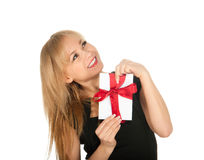 Den härliga blonda kvinna- och gåvavykortet i henne räcker. festmåltiddag av St.-valentinen Arkivfoto