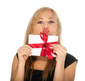 Den härliga blonda kvinna- och gåvavykortet i henne räcker. festmåltiddag av St.-valentinen Fotografering för Bildbyråer