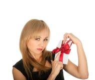Den härliga blonda kvinna- och gåvavykortet i henne räcker. festmåltiddag av St.-valentinen Arkivbilder