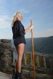 Den härliga blonda kvinnafotvandraren står på förbiser Fotografering för Bildbyråer
