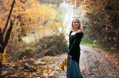 Den härliga blonda kvinnan i höst parkerar Royaltyfri Bild