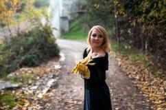 Den härliga blonda kvinnan i höst parkerar Fotografering för Bildbyråer