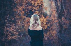 Den härliga blonda kvinnan i höst parkerar Royaltyfria Foton