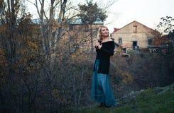 Den härliga blonda kvinnan i höst parkerar Royaltyfria Bilder